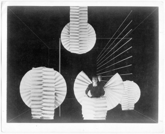 Xanti Schawinsky, Spectodrama, Teil 4, Szene 1. Materialdemonstration. 1924-1937, ca. 40x51 cm, Foto auf belichtetem Fotopapier, Nachlass Schawinsky.
