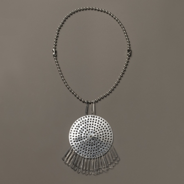 Anni Albers and Alex Reed: Necklace (ca 1940), drain strainer and paper clips. Courtesy of: The Josef and Anni Albers Foundation/VG Bild-Kunst, Bonn 2015