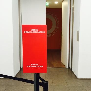 """Absperrung des Eingangs der im Aufbau begriffenen Ausstellung """"Black Mountain. Ein interdisziplinäres Experiment 1933-1957"""" im Hamburger Bahnhof - Museum für Gegenwart - Berlin."""