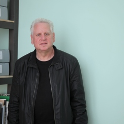 "Arnold Dreyblatt in front of ""Performing the Black Mountain Archive"" at Hamburger Bahnhof - Museum für Gegenwart - Berlin. Courtesy: Arnold Dreyblatt"