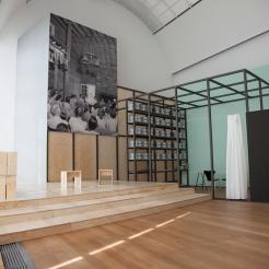 """""""Performing the Black Mountain Archive"""" von Arnold Dreyblatt im Hamburger Bahnhof - Museum für Gegenwart - Berlin. Courtesy: Arnold Dreyblatt"""