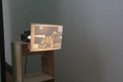 """PERFORMING the Black Mountain ARCHIVE, Anne Steinhagen in der Ausstellung """"Black Mountain. Ein interdisziplinäres Experiment 1933-57"""", Hamburger Bahnhof - Museum für Gegenwart - Berlin. Courtesy: Anne Steinhagen."""