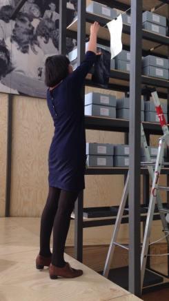 "PERFORMING the Black Mountain ARCHIVE, Daniela Takeva in der Ausstellung ""Black Mountain. Ein interdisziplinäres Experiment 1933-57"", Hamburger Bahnhof - Museum für Gegenwart - Berlin. Courtesy: Daniela Takeva."