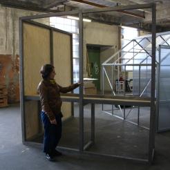 Raumlaborberlin-Architektin Claire Mothais vor dem 1:1 Probemodell der Ausstellungsarchitektur für den Hamburger Bahnhof - Museum für Gegenwart - Berlin.