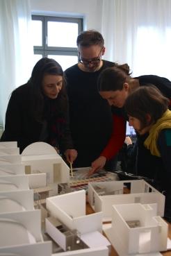 Teambesprechung der ArchitektInnen Andrea Hofman, Florian Stirnemann, Frauke Gerstenberg und Claire Mothais (vo li na re) vor dem BMC-Architekturmodell im Büro von raumlaborberlin.