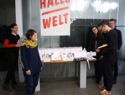ArchitektInnen Frauke Gerstenberg, Claire Mothais, Andrea Hofman, Florian Stirnemann u. Praktikant (vo li na re) vor dem BMC-Ausstellungsmodell im Büro von raumlaborberlin.