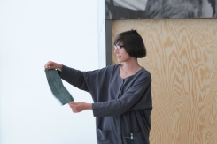 "PERFORMING the Black Mountain ARCHIVE, Daniela Takeva in der Ausstellung ""Black Mountain. Ein interdisziplinäres Experiment 1933-57"", Hamburger Bahnhof - Museum für Gegenwart - Berlin. Courtesy: Daniela Takeva."