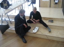 Photo by Mari Lassen-Bergsten Kamsvaag. Katrine Leth Nielsen and one of the museum guards in musical investigation.