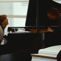 Photo by Elizabet Damyanova. Freya Sif Hestnes and Mari Kamsvaag playing with the piano.