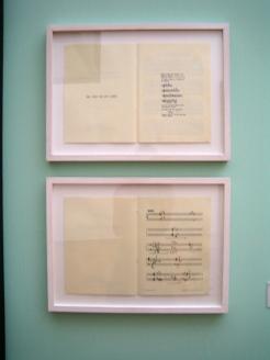 """John Cage: Six Melodies for Violin and Keyboard (Piano), 1952 (oben), For M.C. and D.T. 1950 (unten), in der Ausstellung """"Black Mountain. Ein interdisziplinäres Experiment 1933-57"""", Hamburger Bahnhof - Museum für Gegenwart - Berlin."""